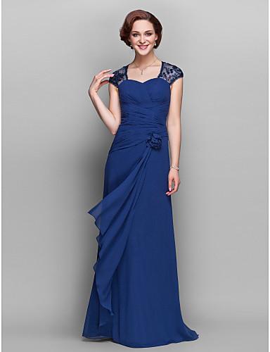 Modelo usa vestido azul drapeado na saia com mangas de renda.