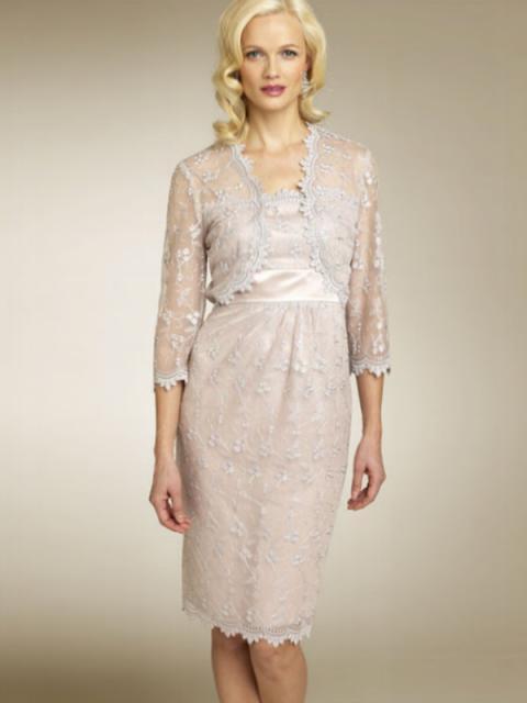Modelo usa vestido lilás claro com casaquinho transparente.