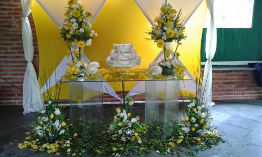 Decoração Bodas de Ouro no estilo provençal com detalhes em amarelo