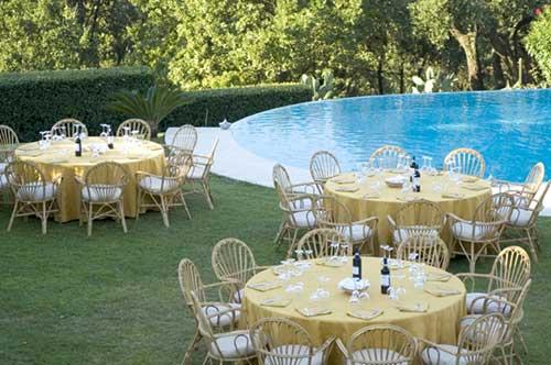 Decoração de Bodas de Ouro em volta da piscina