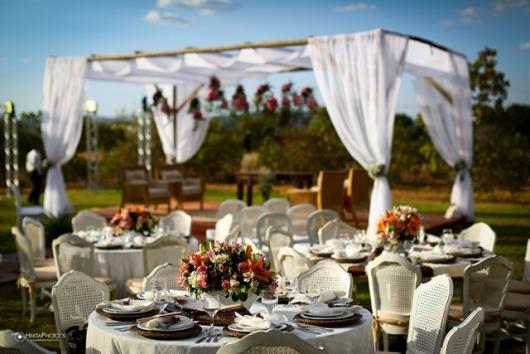 Decoração de Bodas de Ouro com tenda com cortinas brancas