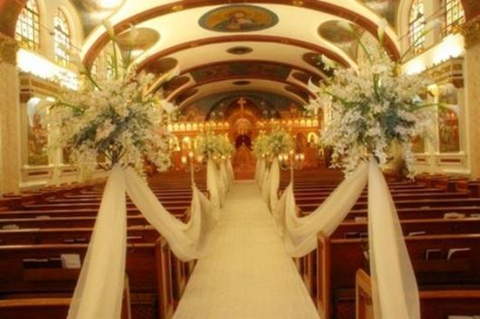 Igreja decorada com branco para Bodas de Ouro