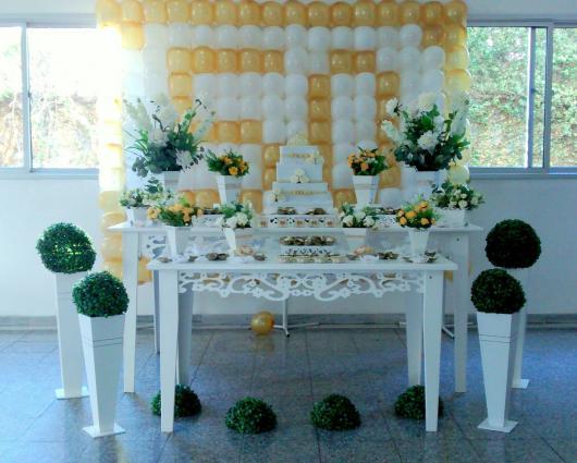 Decoração Bodas de Ouro com mesas brancas