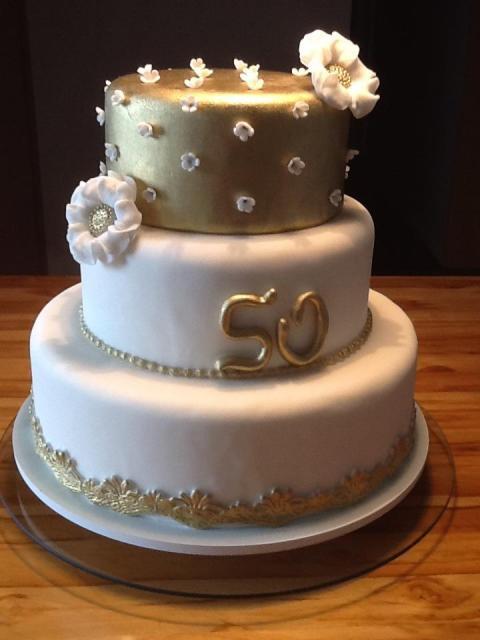 Lindo bolo de Bodas de Ouro com detalhes em dourado