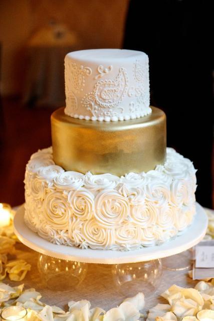 Bolo de Bodas de Ouro com flores brancas confeitadas