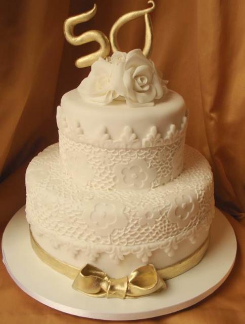 Bolo de Bodas de Ouro com efeito rendado e topo de bolo dourado
