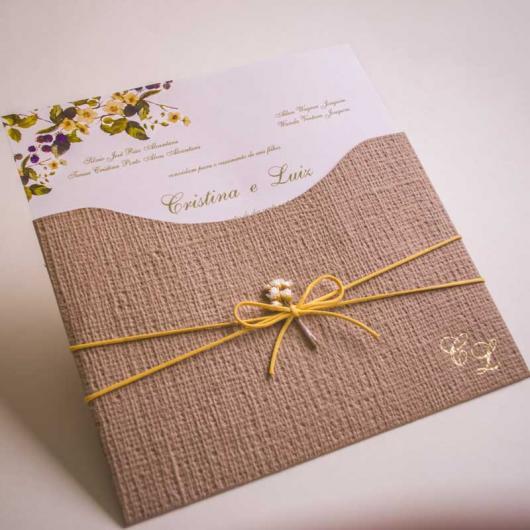 Convite de bodas de ouro com detalhes em Juta