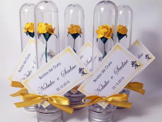 Tubete para lembrancinhas de Bodas de Ouro com flor artificial dentro