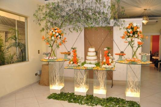 Decoração Bodas de Ouro com iluminação nas bases da mesa.