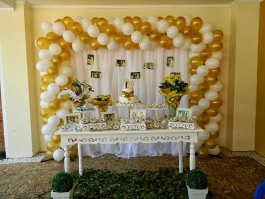 Decoração de Bodas de Ouro no estilo provençal com balões metalizados.