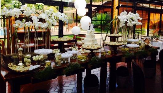 Decoração Bodas de Ouro com flores brancas