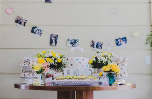 Bodas de Papel decoração simples com vasos de flor