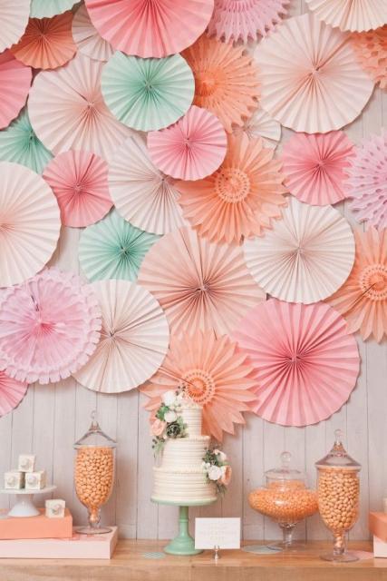 Bodas de Papel decoração feita com enfeites caseiros de papel coloridos