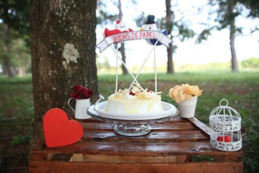 Bodas de Papel bolo simples com calda e topo de bandeirinha