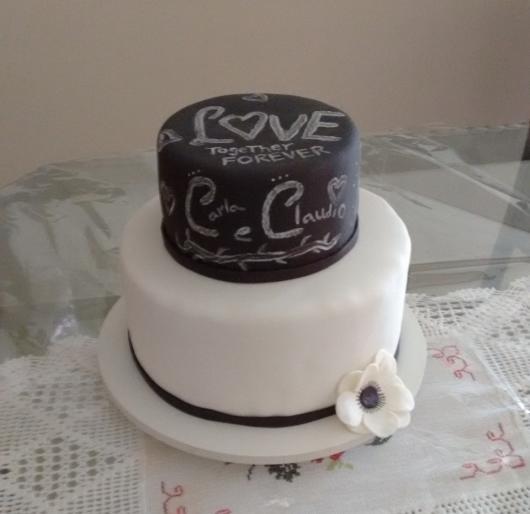 Bodas de Papel bolo branco e preto com frases de amor