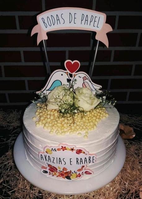 Bodas de Papel bolo branco com topo de casal de passarinhos