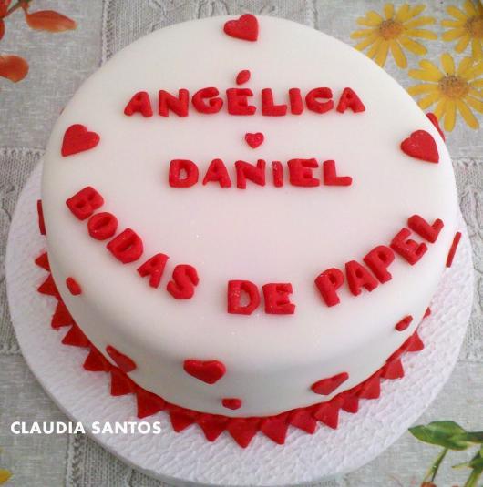 Bodas de Papel bolo decorado com pasta americana branca e coraçõeszinhos vermelhos