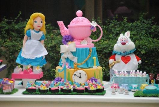 Bolo Alice no País das Maravilhas de biscuit