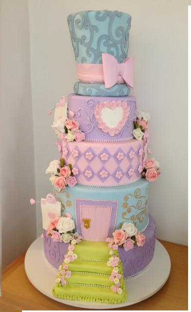 Bolo Alice no País das Maravilhas de biscuit lilás e rosa