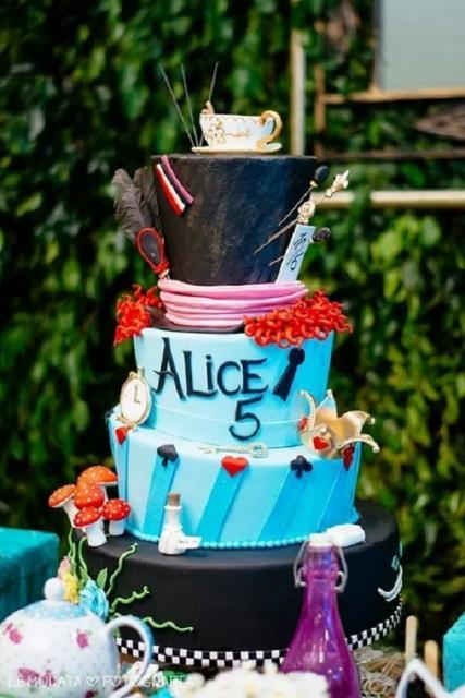 Bolo Alice no País das Maravilhas Azul com chapéu