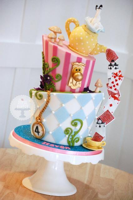 Bolo Alice no País das Maravilhas decorativo com detalhe de cartas
