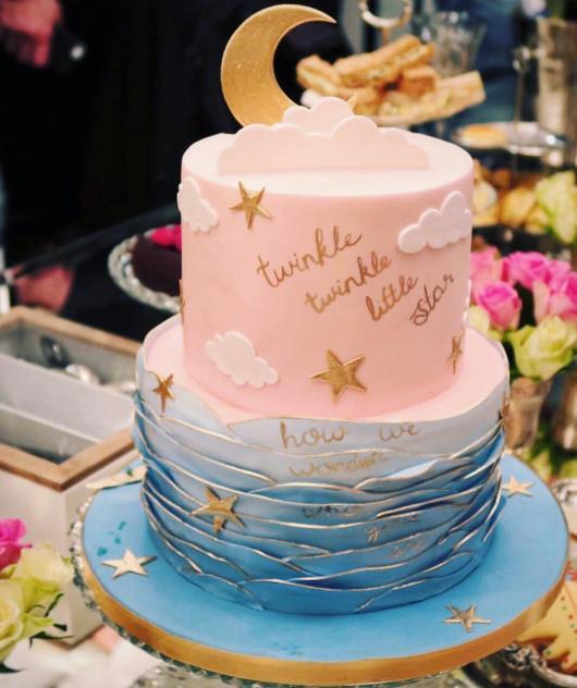 Bolo Chá Revelação azul e rosa decorado com estrelinhas