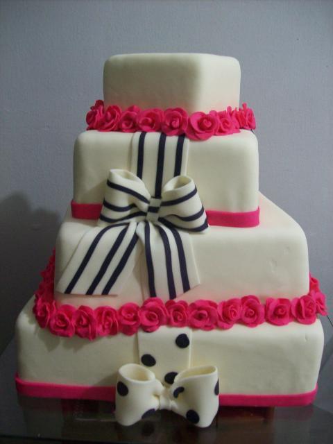 Bolo de 15 Anos 4 andares branco com detalhe de rosinhas e laço preto e branco