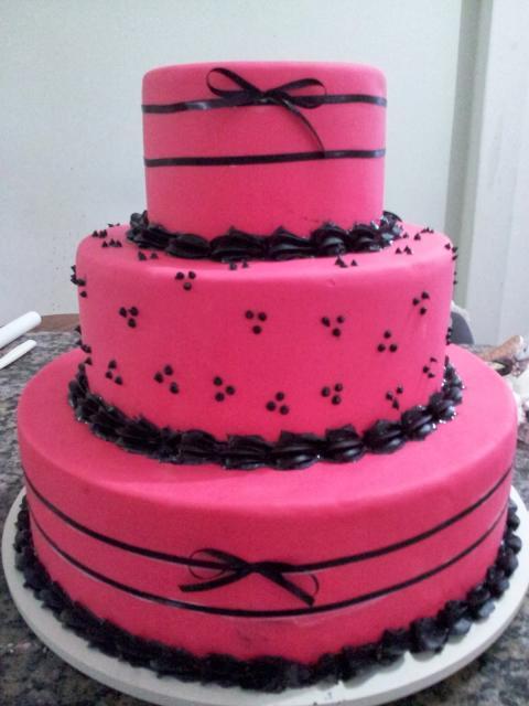 Bolo de 15 Anos pasta americana rosa e preto com lacinhos