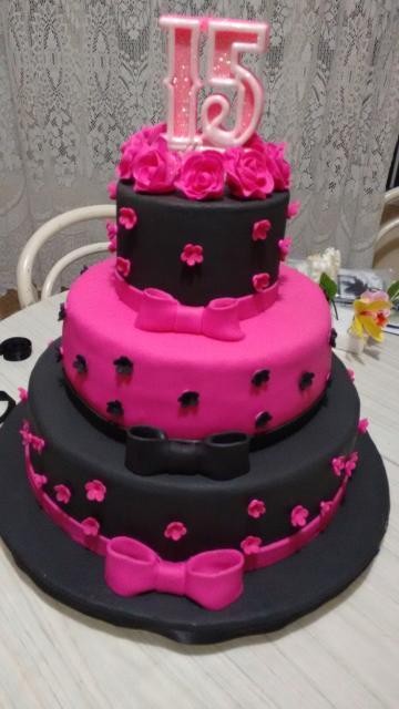 Bolo de 15 Anos preto e rosa com aplique de florizinhas