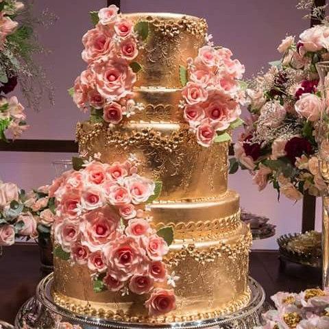 Bolo de 15 Anos dourado decorado com rosas