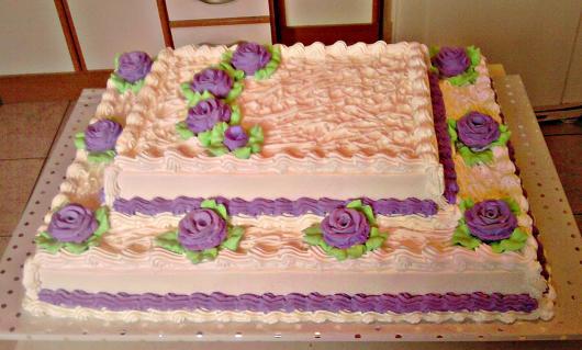 Bolo de 15 Anos decorado com chantilly branco e lilás