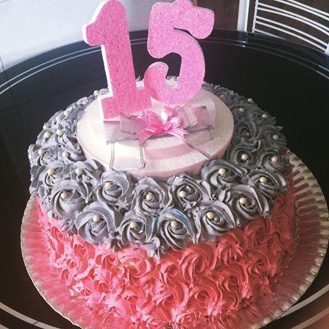 Bolo de 15 Anos decorado com chantilly rosa e cinza