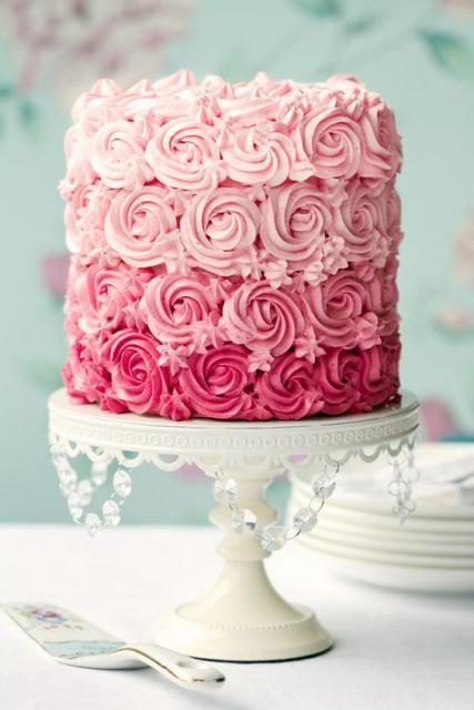 Bolo de 15 Anos decorado com chantilly rosa