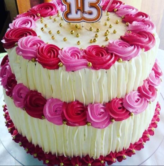 Bolo de 15 Anos decorado com chantilly branco e rosa