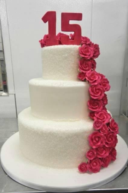 Bolo de 15 Anos de pasta americana branco com cascata de rosas