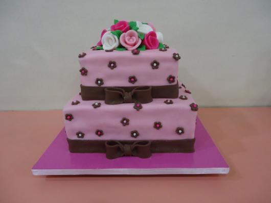 Bolo de 15 Anos quadrado de 2 andares rosa com lacinhos marrom