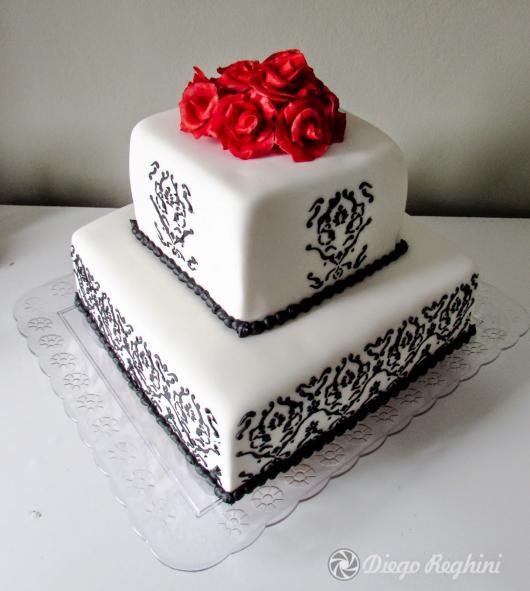 Bolo de 15 Anos quadrado 2 andares branco com arabesco e rosas vermelhas