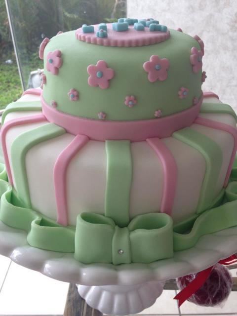 Bolo Jardim Encantado de pasta americana verde rosa e branco