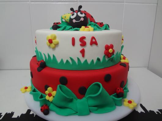 Bolo Jardim Encantado festa de 1 ano bolo joaninha vermelho verde e branco com joaninha no topo
