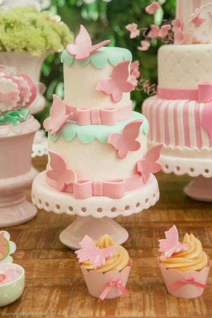 Bolo Jardim Encantado de borboletas rosa e branco