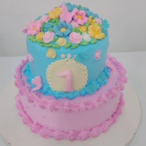 Bolo Jardim Encantado decorado com glacê rosa e azul com aplique de flores