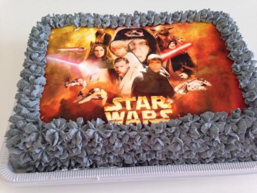 Bolo Star Wars com papel de arroz e chantilly cinza