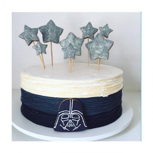 Bolo Star Wars decorado com chantilly azul e branco