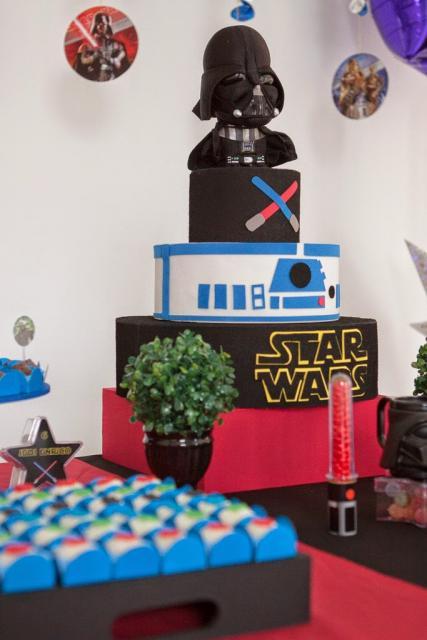 Bolo Star Wars decorativo vermelho preto e branco