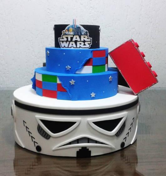 Bolo Star Wars fake com detalhe de lego