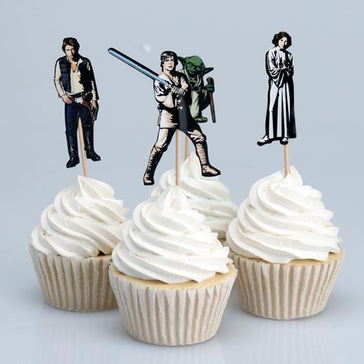 Bolo Star Wars cupcake com chantilly branco e topper dos personagens