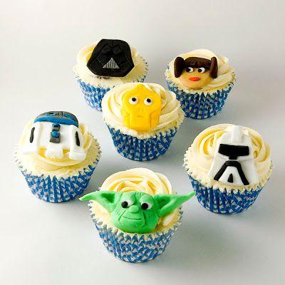Bolo Star Wars cupcake com forminha azul e personagem de pasta americana