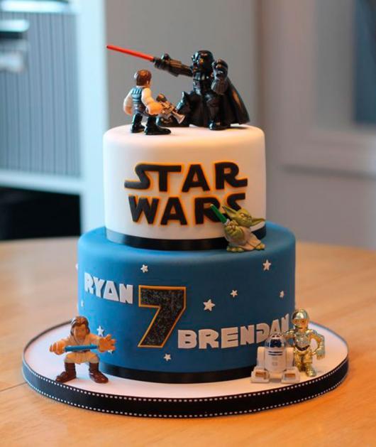 Bolo Star Wars infantil azul e branco 2 andares com topo de bolo dos personagens