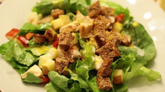 Ceia de Natal simples salada de frango com batata doce