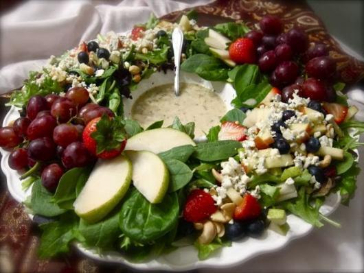 Ceia de Natal simples salada agridoce com rúcula
